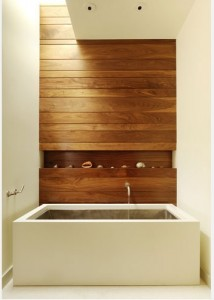 Прямоугольная ванна в коттедже