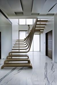 Оригинальная лестница в коттедже
